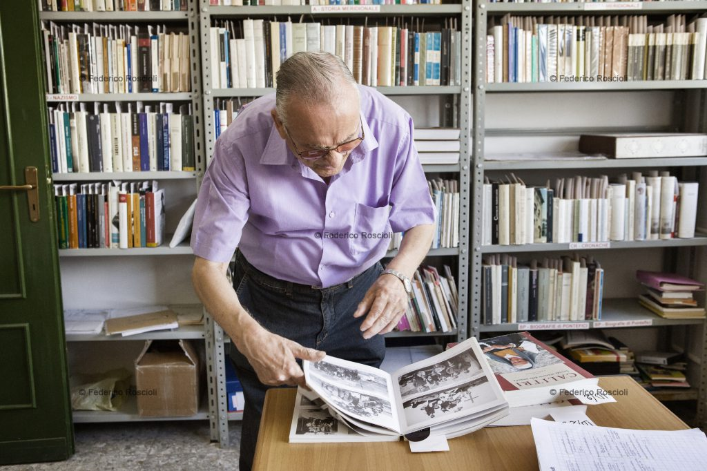 Calitri, Avellino, Italy. August 28, 2013. Raffaele Salvante, creator and director of Il Calitrano, inside Centro Studi Calitrani, a public library that shares more than 8000 titles once belonged to him. ### Calitri, Avellino, Italia. 28 Agosto 2013. Raffaele Salvante, creatore e direttore de Il Calitrano, nel Centro Studi Calitrani, una biblioteca pubblica contenente pi di 8000 titoli a lui appartenuti.