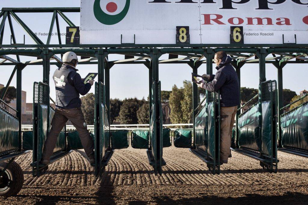 Rome, Italy. January 25, 2014. Racing commissioners preparing the fences in Capannelle. ## Roma, Italia. 25 Gennaio 2014. Commissari di corsa preparano i cancelli di partenza a Capannelle.