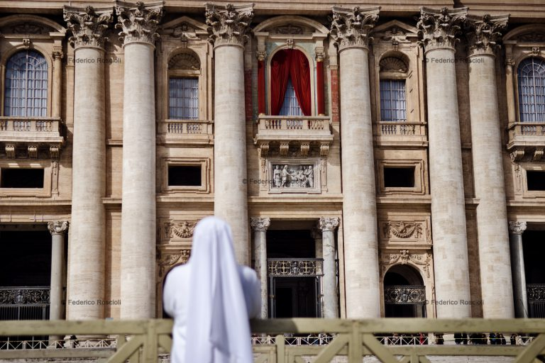 Vatican, Vatican City, March 12, 2013. A nun praying in front of Saint Peter during the first day of Conclave. ### Vaticano, Cittˆ del Vaticano, 12 Marzo 2013. Una suora prega davanti a San Pietro durante il primo giorno di Conclave.