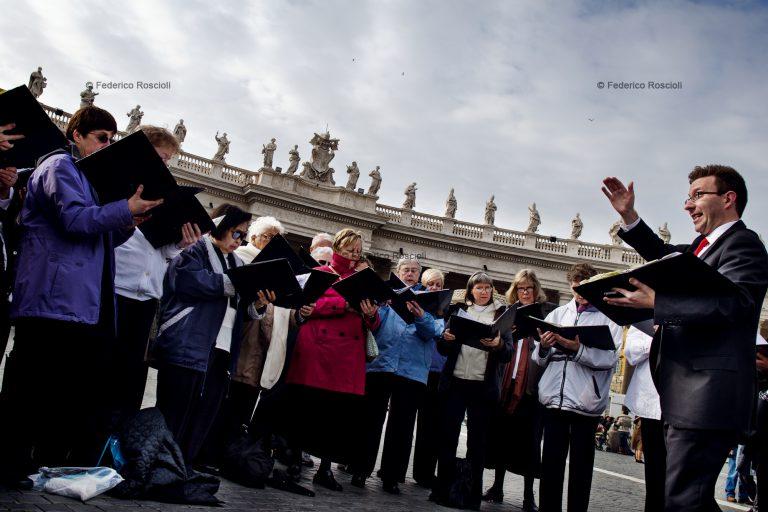 Vatican, Vatican City, March 17, 2013. A chorus signing in Saint Peter Square before Pope Francis first Angelus Prayer. ### Vaticano, Cittˆ del Vaticano, 17 Marzo 2013. Un coro canta in Piazza San Pietro prima dell'Angelus del nuovo Papa Francesco.