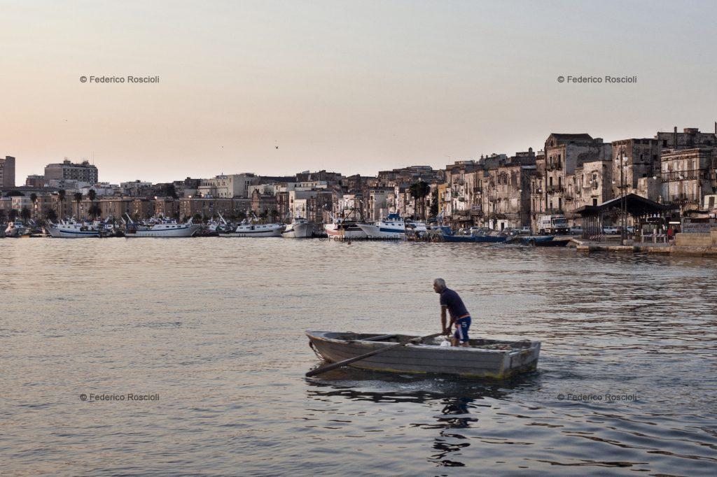 Taranto, Italy, September 28, 2013. Early morning in Mar Piccolo. ### Taranto, Italia, 28 Settembre 2013. Mattina presto sul Mar Piccolo.